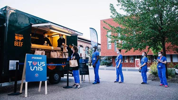 PSG, Fransa'da sıhhat çalışanlarına yemek dağıtıyor 1