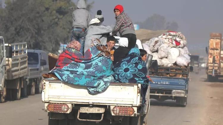 Saldırılardan kaçan Suriyeliler, Türkiye sınırına geliyor