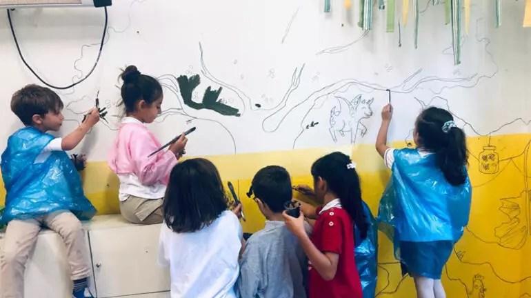 Öğrencilerini kahraman yapıyor, hikayelerini yazıyor