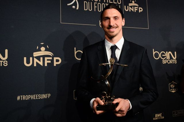 Zlatan Ibrahimovic with the Ligue 1 best player's award on May 8, 2016