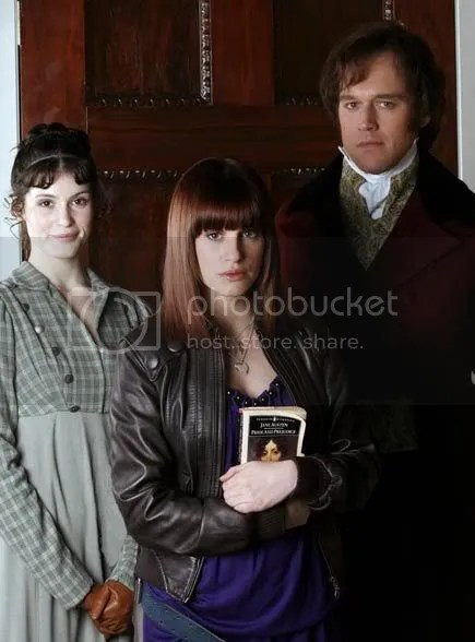 Jemima Rooper (i mitten) som Amanda i Lost in Austen, flankerad av Gemma Arterton som Elizabeth Bennet och Elliot Cowan som Darcy