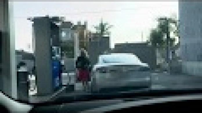 Diese Tesla-Fahrerin will ihr E-Auto mit Benzin betanken