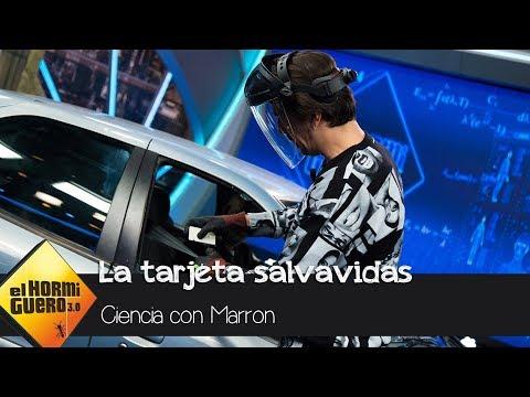 Marrón le enseña a Frank Cuesta la tarjeta salvavidas - El Hormiguero 3.0