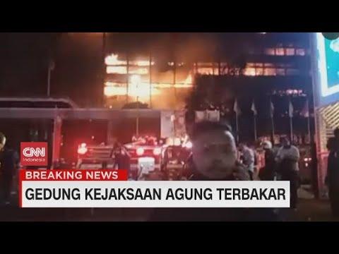 Penampakan Kobaran Api di Gedung Kejaksaan Agung yang Terbakar