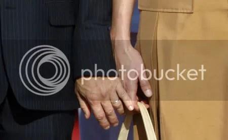MIMO. El presidente de Francia le hace un mimo a Carla Bruni.