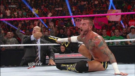 CM Punk y Heyman reclamando que su pie lo tenía sobre las cuerdas