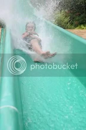 ini pas sampe di bagian bawah the slide - airnya banyak ya?