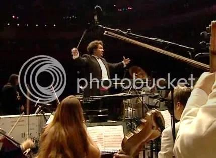 Paul Mann dirigiendo a la Orquesta Sinfónica de Londres