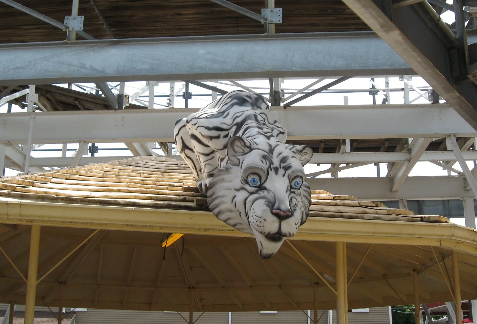 White Tiger guards rides @ Indiana Beach