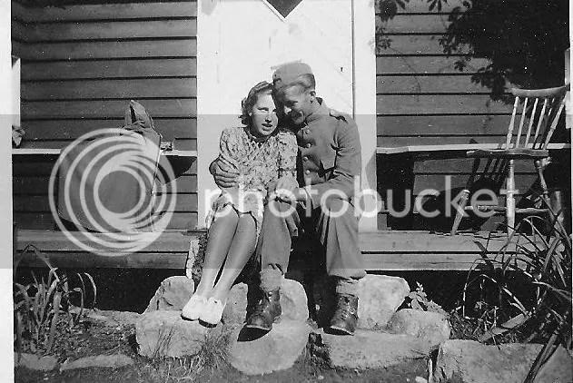 och till sist en bild på min morföräldrar.. Taget under mitten av 40-talet! Sååå söta!