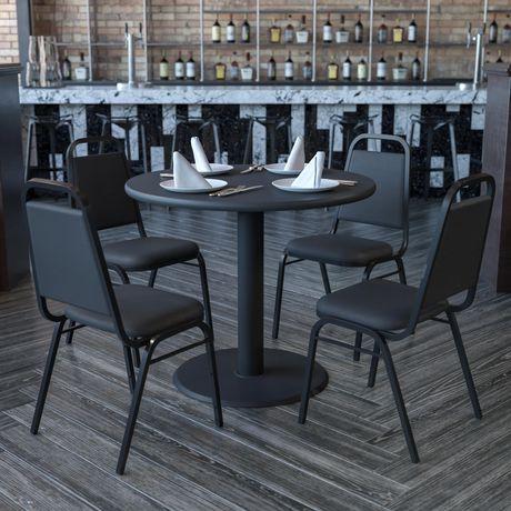 ensemble de table ronde de 36 po en stratifie noir et base en crois avec 4 chaises de banquet noires a dossier trapeze