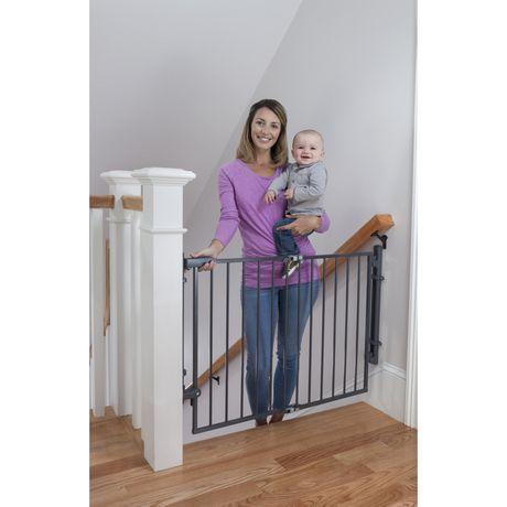 Barrire prte  installer au haut de lescalier de Safety 1st  Walmart Canada
