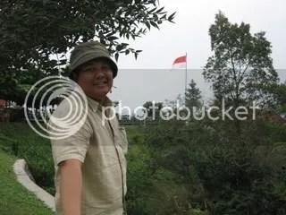 Bendera berkibar di Ketep Pass