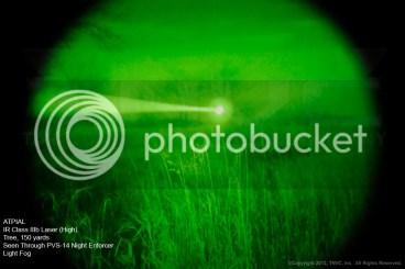 ATPIAL Láser IR Clase IIIb en posición de alta potencia. Árbol a 140 metros visto a través de un PVS-14 Night Enforcer con algo de niebla.