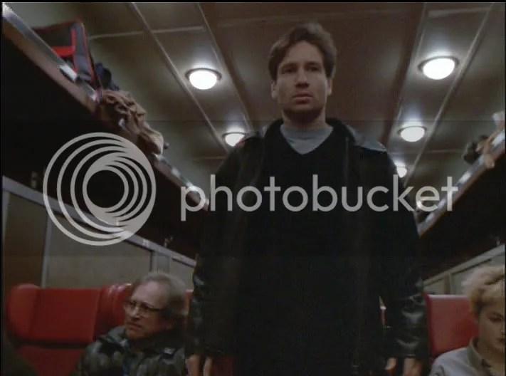 La mayoria del capitulo vemos a Mulder en esta acción, de vagón en vagón, pero creo que para sus fans las escenas no les debió parecer tan largas las escenas