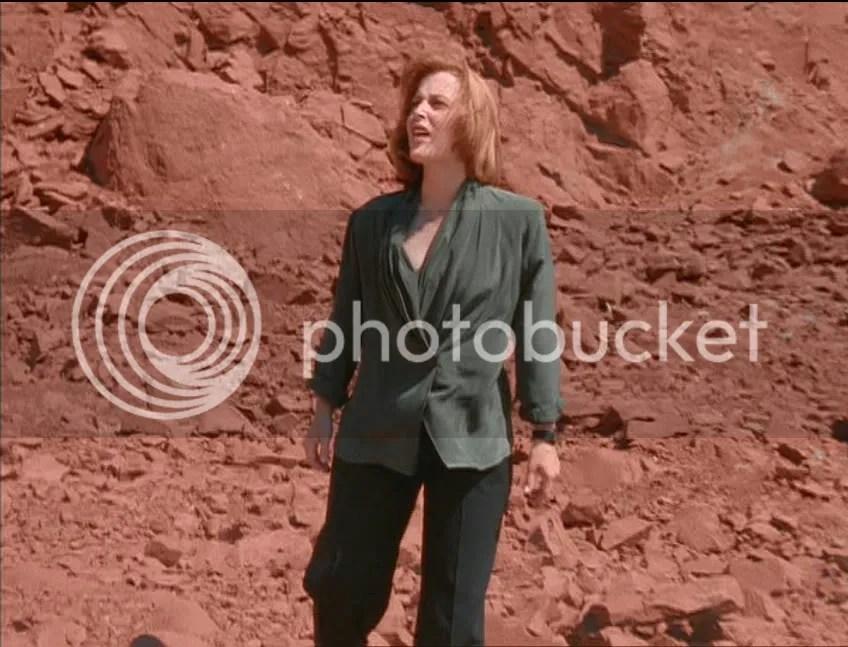 A Scully ya se le daba esto de gritar Mulder en el desierto