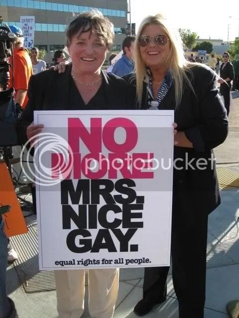 (à esq. na foto com sua esposa) Participou ativamente na primeira Marcha Nacional em Washington de Direitos Gays e Lésbicos em 1979.