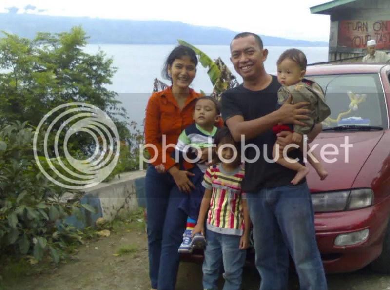Bersama keluarga, istirahat di pinggir Danau Toba saat mudik lebaran