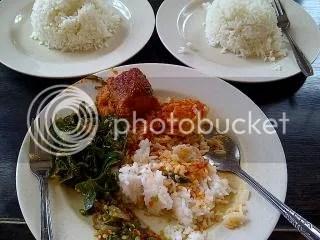 porsi saya, nasi, sayur segar, ikan tongkol asam pedas, mineral water