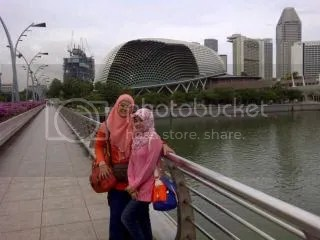 Latar belakang Gedung Durian. Esplanade.