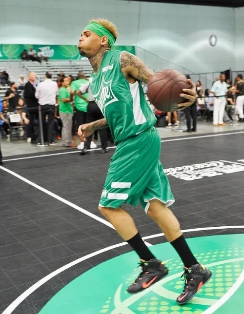 photo 2A0A025600000578-3141888-Play_ball_Brown_showed_off_his_moves_on_the_court-a-121_1435472388634.jpg