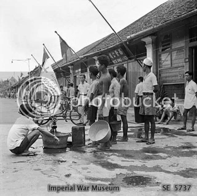Para Sukarelawan PMI yang membantu untuk mengobati dan merawat para korban perang
