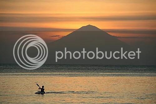 Memandang jauh pesona pulau Dewata Bali dengan Gunung Agung nya  tampak terlihat disela sunset pantai Senggigi
