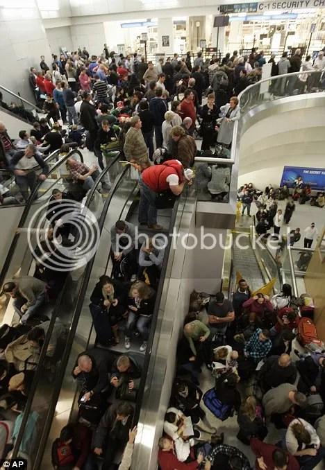 Semua penumpang dan seisi bandara jadi ketakutan dan panik hanya karena sebuah ciuman