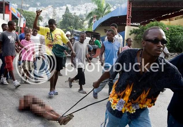 Tubuh Penjarah di telanjangai dan diseret keliling kota oleh korban gempa di Haiti