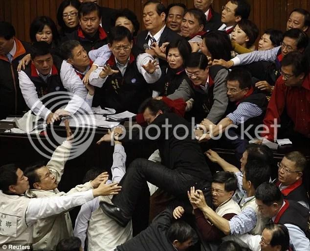 Para wakil rakyat anggota dewan berantem, tawuran