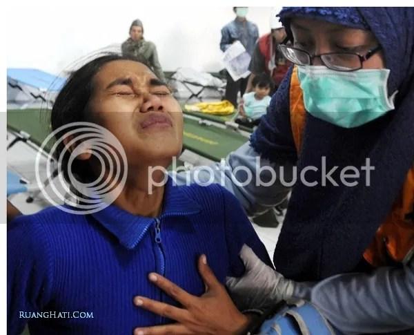 Salah seorang pengungsi Merapi yang sedang mengalami gangguan  pernapasan akibat abu vulkanik