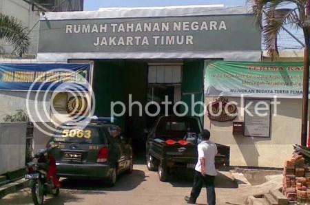Dari luar penjara (lembaga  pemasyarakatan) di Indonesia tampak sederhana dan sama sekali tidak  mewah