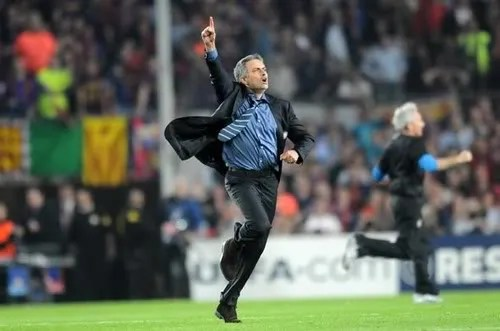 Jose Mourinho merayakan lolosnya Inter ke final Liga Champions
