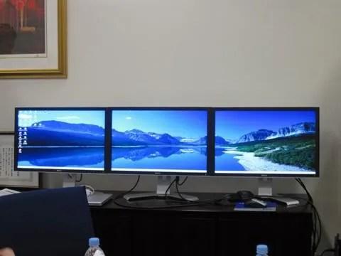 Penggunaan 3 monitor untuk tampilan layar super lebar