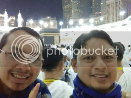 Di Masjidil Haram bersama Adi Zulfikar, selepas thawaf, masih dengan mata bengkak karena kebanyakan menangis :D