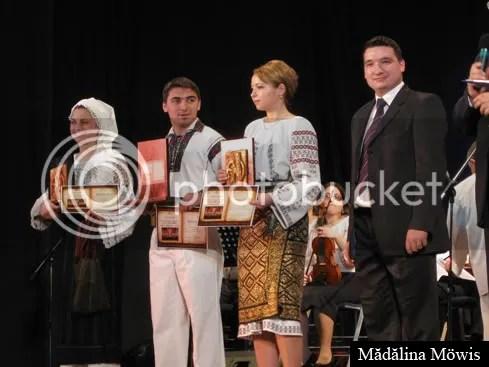 Cei trei laureaţi ai premiului I, alături de Adrian Căliman, directorul Casei de Cultură a Studenţilor Iaşi