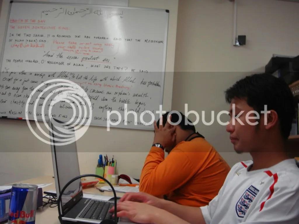 Tetamu dari London (DZ) dan Po yang tengah stress kenapa tikus yang diguna semasa eksperimen semuanya mati
