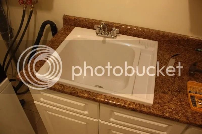 lowes white kitchen sink art 房崇 文学城博客 用jig saw 在台面上锯开了水池所需的洞 再把水池放入 放入前 已经把底部的下水口和上部的水龙头连管子都固定在池上了 这就比后装龙头和管子容易了很多