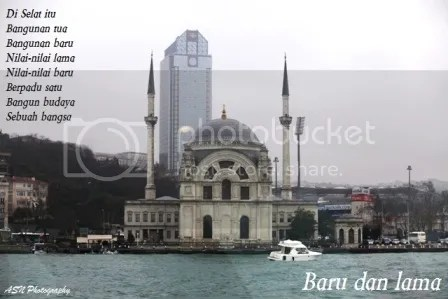 Baru dan lama, Di tepi Selat Bosphorus, Istanbul, Turkey, tanggal 15 Februari 2012, pukul 09.11 waktu setempat.