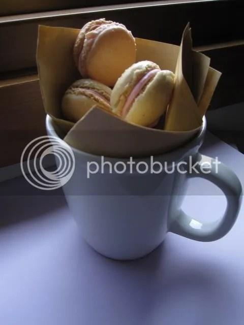 macarons bianchi mont blanc con farcitura di panna montata