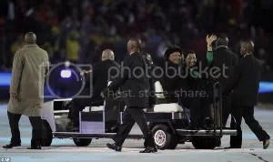 (300คูณ178)National hero: Mr Mandela was driven around the stadium an hour before kick-off