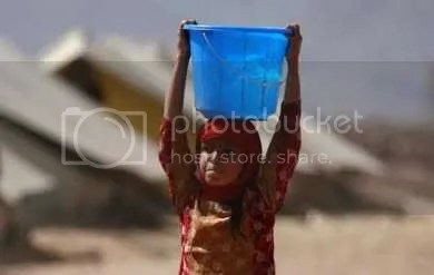 An internally displaced girl, seeking refuge from a military offensive in the Swat valley region, carries water atop her head inside the UNHCR (United Nations High Commission for Refugees) Jalozai camp, about 140 km (87 miles) north west of Pakistans capital Islamabad May 20, 2009. Pakistani forces say they are making progress in their offensive against the Taliban in their Swat valley bastion following U.S. warnings that the militants posed an existential threat. REUTERS/Ali Imam (PAKISTAN CONFLICT POLITICS) REUTERS/STR/PAKISTAN