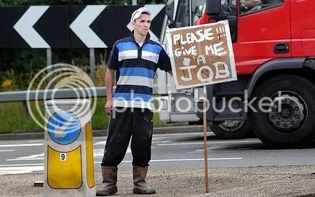 Mark đứng trên đoạn đường đông đúc với tấm biển quảng cáo trên tay. Ảnh: Carters.