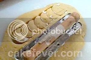 mencetak kue putri salju