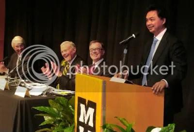 Roger Beachy, o primeiro à esquerda, em fórum sobre redução da fome global, realizado no Auditório Monsanto da Universidade do Missouri.