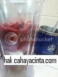 Bahagian paling bawah letak bawang merah belah empat, cili kering, air atas paras cili dan sedikit minyak masak sebagai pelincir