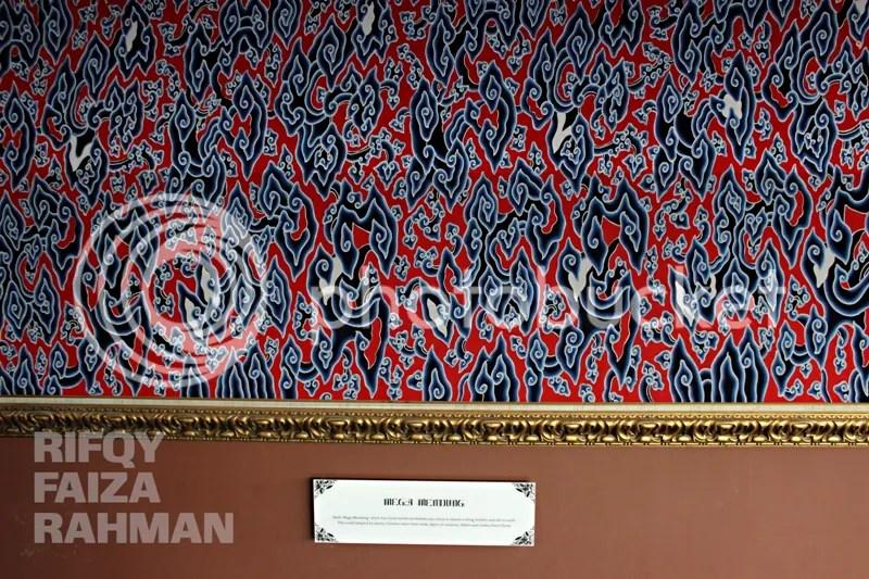 Salah satu motif batik yang terpajang dekat pintu lift lantai 9