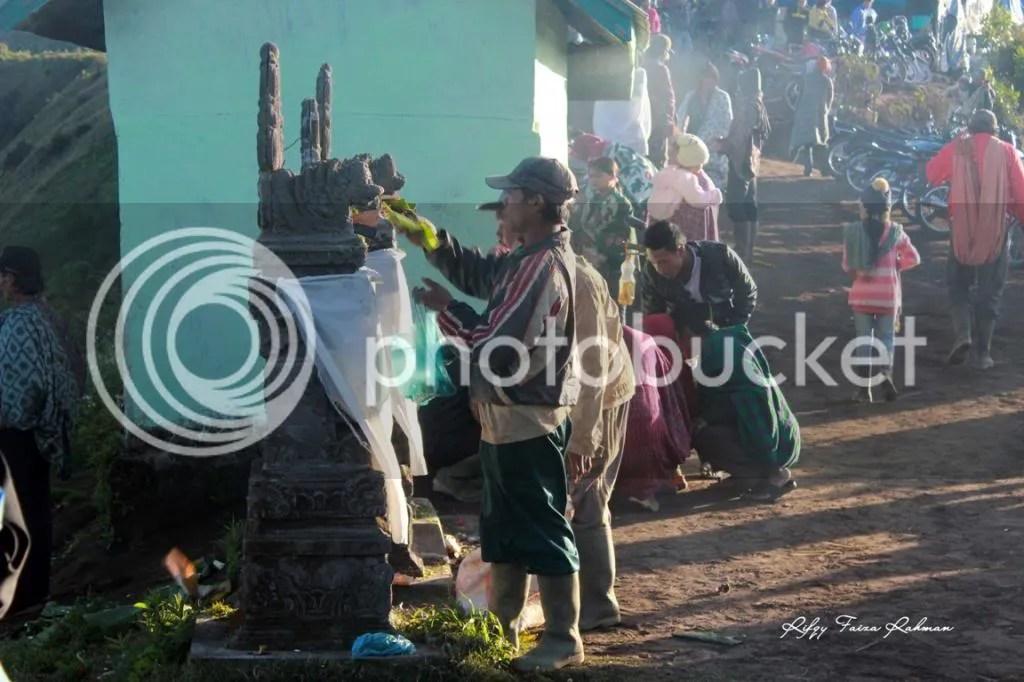 Masyarakat Tengger sedang menaruh sesaji di bukit B29, Desa Argosari, desa tertinggi di Kecamatan Senduro, Kabupaten Lumajang. Bukit ini berada persis di sebelah timur Bromo, dipisahkan kaldera lautan pasir.