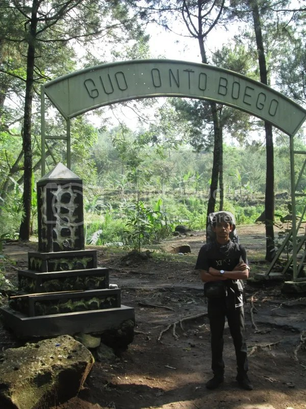 Lutfi di depan gapura Pos I Goa Ontoboego (Antaboga), goa pertapaan yang terletak di dalam tebing batu