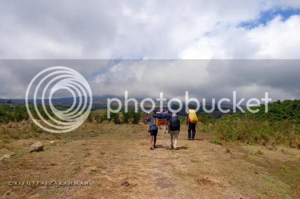 Langkah awal dari Desa Bawak Nao. Jauh di depan, separuh tubuh Gunung Rinjani tertutup awan.